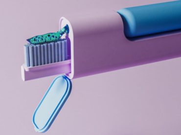 WITH THIS TOOTHBRUSH DESIGN YOU GET SHINY TEETH IN A DASH