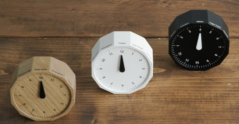 A CLOCK DESIGN THAT CAN LET YOU TELL TIME BY A SIMPLE ROTATION